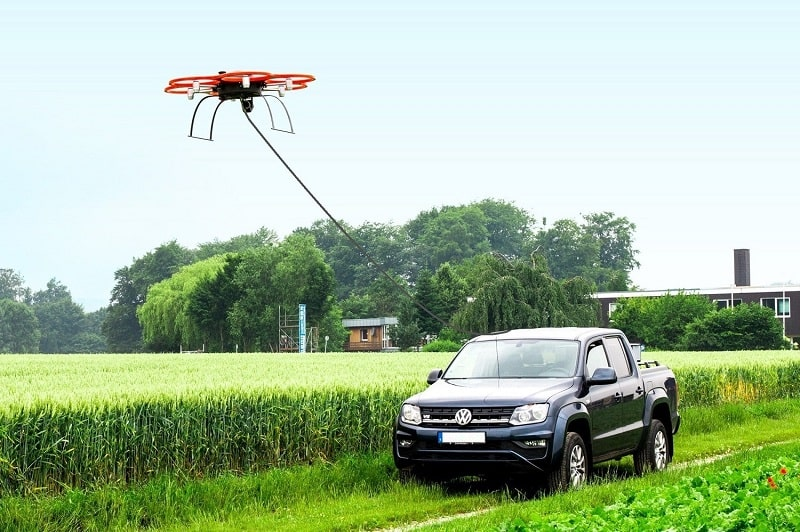 A tethered drone for use as sensor carrier platform. The insensiv PodCopter uses image processing for permanent and autonomous control and flies in a given position to its platform.